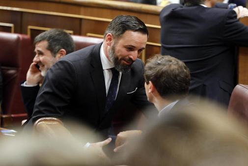 Santiago Abascal saluda a Albert Rivera en la sesión constitutiva de la XIII Legislatura, el pasado 21 de mayo.
