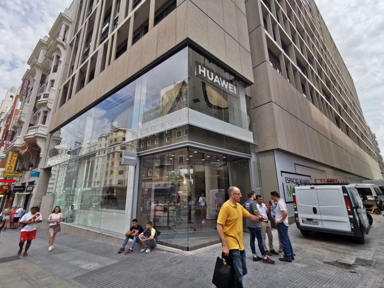 El espacio en el que han construido la tienda de Huawei estaba...
