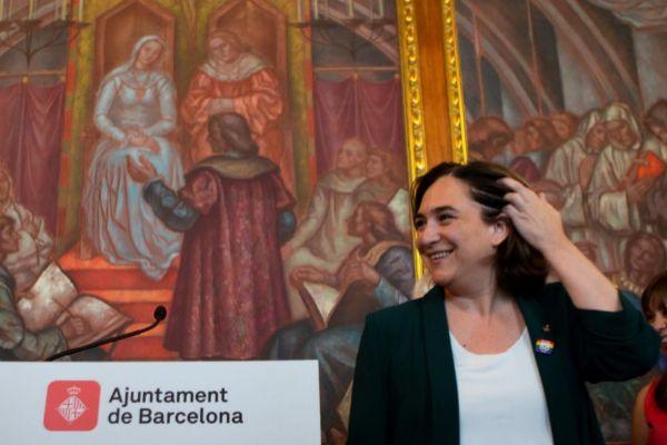 GRAFCAT1533. BARCELONA.-La alcaldesa de Barcelona, Ada <HIT>Colau</HIT>, atiende a los medios tras colgar el pendón del arco íris en el balcón del Ayuntamiento con motivo del Día del Orgullo LGTBI.