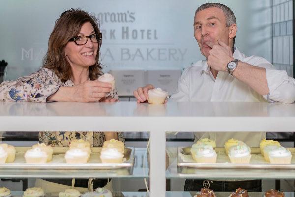 La pastelera Bobbie Lloyd  junto a su socio Steve Abrams, CEO de la firma Magnolia Bakery.