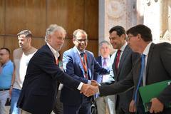 Los recién nombrados Rafael Porras y Juande Mellado reciben las felicitaciones del presidente Moreno y el vicepresidente Marín.