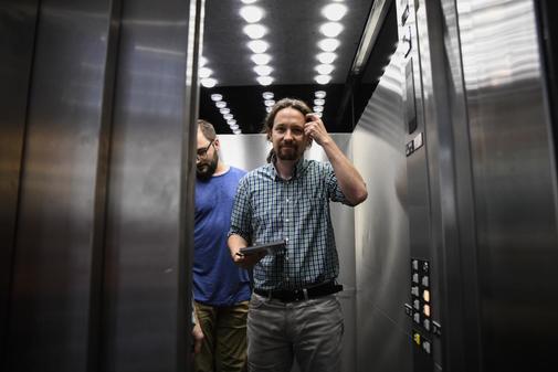 Pablo Iglesias toma uno de los ascensores del Congreso.