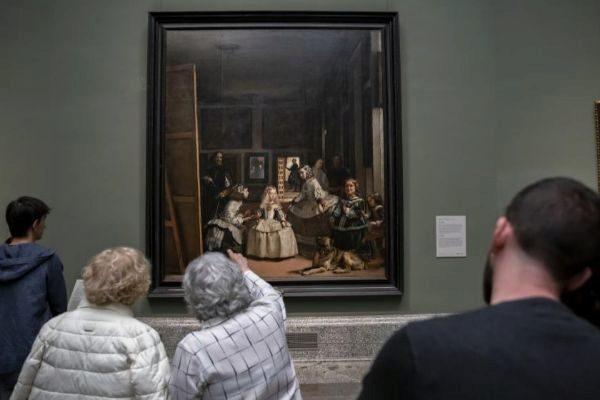 Visitantes admiran 'Las Meninas' de Diego Velázquez en el Museo del Prado