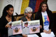 Familiares de militares detenidos por Maduro piden su libertad en la Asamblea Nacional, en Caracas, tras la muerte bajo torturas del capitán Acosta.