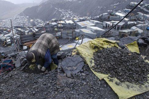 Un nativo busca oro en la cima de la mina.