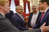 Foto de los candidatos de PP, Ciudadanos y Vox en el Ayuntamiento de Badajoz, tras el acuerdo para la Alcaldía, el pasado 15 de junio, en el Pleno de investidura.