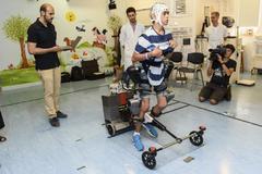 Miguel, el niño con parálisis cerebral, prueba el exoesqueleto del equipo del Hospital Niño Jesús y CSIC.