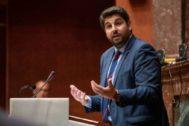 El candidato del PP, Fernando López Miras, en el Parlamento de Murcia.