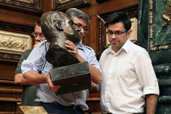 Retirada del busto de Juan Carlos I, en 2015.