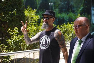 El cantante del grupo Def Con Dos, Cesar Strawberry, a su salida de la Audiencia Nacional tras celebrarse el juicio que contra él por apologia del terrorismo.