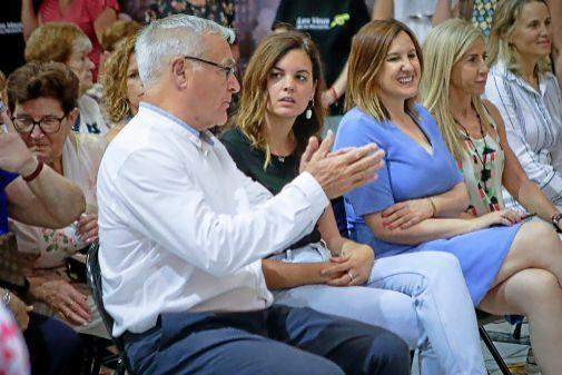 El alcalde de Valencia, Joan Ribó, conversa con la portavoz socialista, Sandra Gómez, ayer en un acto.