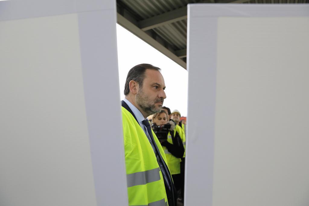 El ministro de Fomento, José Luis Ábalos, en una visita a las obras de la estación intermodal de la T2 en Barcelona.