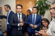 Teodoro García Egea, con el presidente del comité negociador, José Miguel Luengo, y el portavoz del PP en la Asamblea Regional de Murcia, Joaquín Segado, este jueves en Murcia.