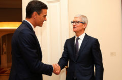 Pedro Sánchez con el CEO de Apple, Tim Cook, durante su visita a España.