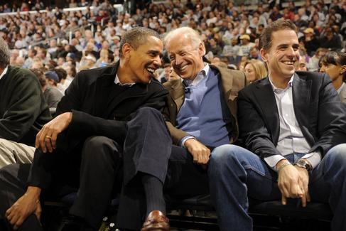 Joe Biden y su hijo, Hunter, durante un partido de baloncesto en 2010.