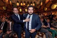 El secretario general del PP, Teodoro García Egea, y el candidato 'popular' a la Presidencia murciana, Fernando López Miras, ayer, en la Asamblea regional, antes de perder la votación