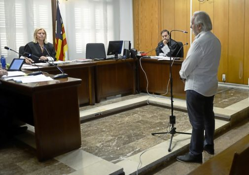 Bartolomé Cursach en el juicio de ayer frente a la jueza Francisca Ramis y el fiscal Julio Cano.