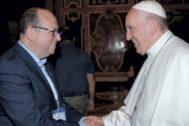 El Papa Francisco saluda a Albert Arrufat.