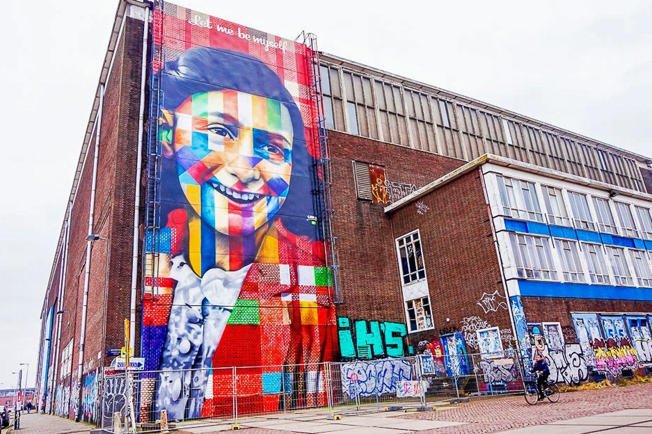 Para los que ya conocen y han disfrutado de  barrios como Jordaan o De Pijp, les recomendamos que den un salto en barco hacia el norte y descubran lo que algunos conocen como <strong>Buiksloterham</strong>, que en realidad es el distrito de <strong>Amsterdam-Noord.</strong> Dentro de ese inmenso territorio, todos los ojos están puestos en el entorno del muelle NDSM. Tanto de día como de noche, sus restaurantes como el Pllek o cafés como el <strong>Noorderlich </strong>están a rebosar. Y para quien prefiera quedarse a vivir allí durante un par de días, ahí está el originalísimo Faralda Hotel, en lo alto de una grúa.