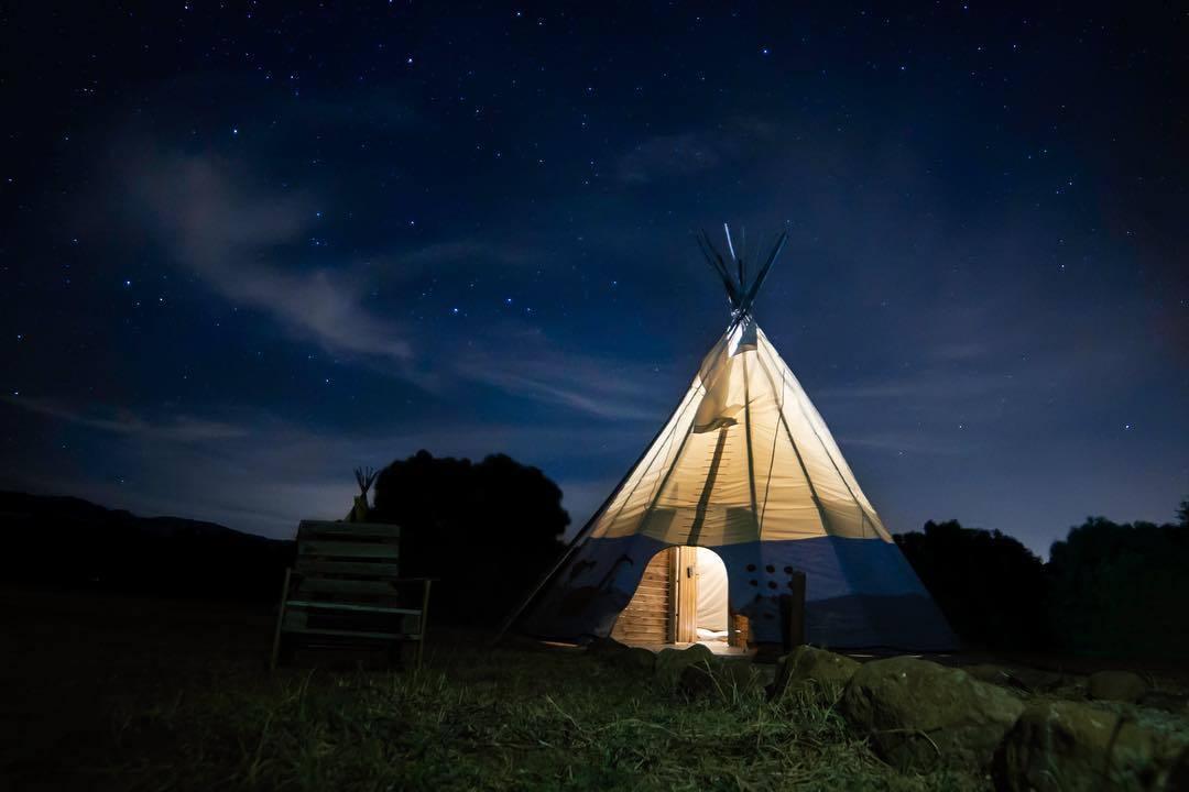 """Si os gusta <em>hacer el indio</em> en vacaciones, <a href=""""https://wakana.es"""" target=""""_blank"""">Wakana</a> es tu lugar. En pleno<strong> Parque Natural de los Alcornocales,</strong> en Cádiz, un lugar rodeado de naturaleza, os podréis alojar en tipis (tiendas originarias de los nativos norteamericanos), en yurtas tradicionales de Mongolia o en un cortijo andaluz. Una rica fauna formada por venados, águilas, búho real, nutrias... y un valioso patrimonio prehistórico que se remonta a 40 siglos a.C., hacen de Wakana un lugar único. Mayores y pequeños disfrutarán en este entorno natural de múltiples actividades: <strong>tirolina</strong>, paseos en bici y en caballo, kayak, natación, windsurf, yoga... No encontrará mejor manera de recargar las pilas. Desde <strong>145 euros/noche.</strong>"""