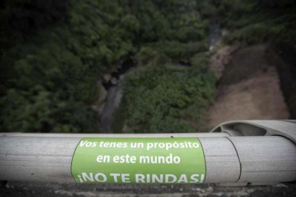 Cartel en un puente de Costa Rica para persuadir a los suicidas.