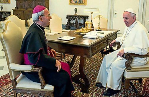 El nuncio Renzo Fratini en una reunión con el Papa.