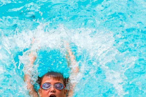 Los especialistas recomiendan enseñar a los niños a que no traguen agua en piscinas públicas para evitar infecciones.