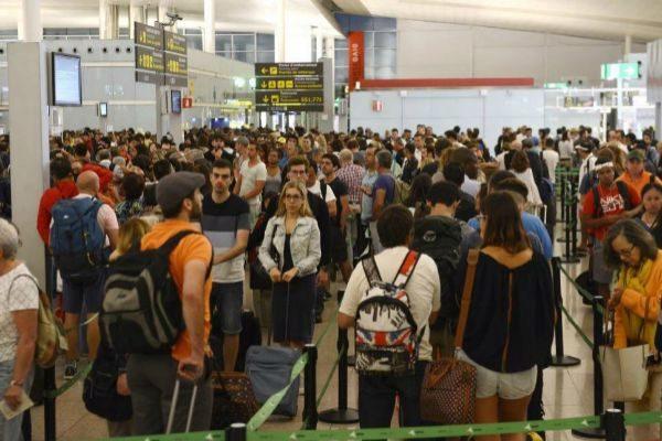 Viajeros en el aeropuerto de Barcelona.