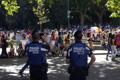 Dos policías municipales en el paseo del Prado durante el operativo de seguridad del desfile del Orgullo celebrado en el año 2017.