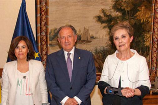 Paz Esteban, a la derecha, junto a Félix Sanz y Soraya Sáenz de Santamaría