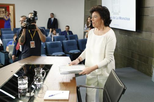 Isabel Celaá, al inicio de la rueda de prensa tras el Consejo de Ministros.