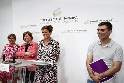 La portavoz del PSN, María Chivite, junto a Uxue Barkos, de Geroa Bai, Eduardo Santos, de Podemosy Marisa de Simón, de Izquierda-Ezkerra.