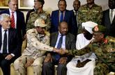 El enviado de la Unión Africana a Sudán junto al general Mohamed Hamdan Dagalo, en Jartum.