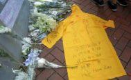 Marco Leung se lanzó desde un andamio. Su chubasquero amarillo, expuesto al público, se ha convertido en símbolo de las protestas.