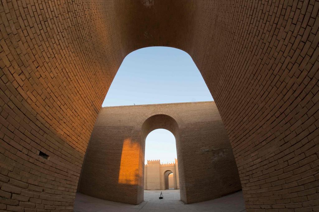 El sitio incluye restos arqueológicos dentro y fuera de la muralla...
