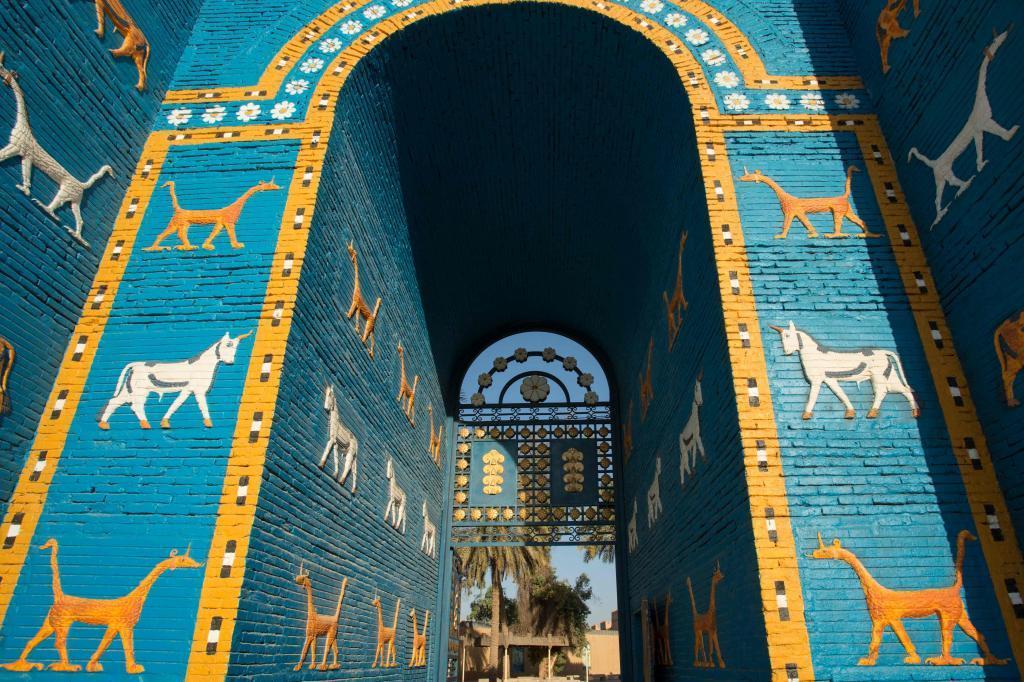 La Puerta de Istar fue una de las 8 puertas monumentales (10 metros de...