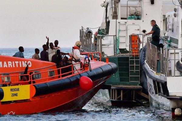 Una lancha de Salvamento Marítimo traslada a un grupo de inmigrantes hasta el puerto de Almería.