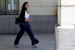 La juez María Núñez Bolaños, a las puertas de los juzgados de Sevilla.