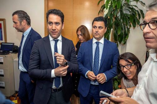 El secretario general del PP, Teodoro García Egea, anteayer, con el negociador jefe del PP, José Miguel Luengo (derecha), y Joaquín Segado (izquierda).