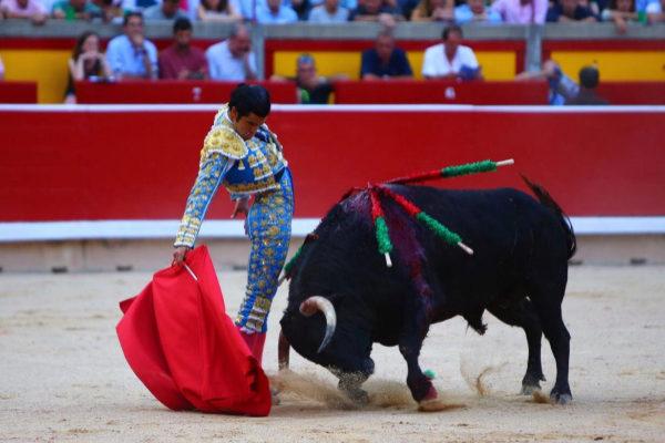 Entregado derechazo de Diego San Román con el tercero de Pincha, este viernes, en la Monumental de Pamplona.