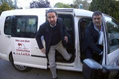 Pablo Iglesias y Pablo Gentili, a su llegada al debate de Atresmedia el 23 de abril.