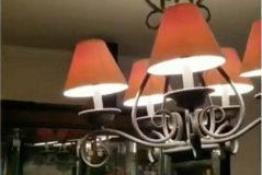 Una lámpara se mueve en Santa Clarita, en California, durante el terremoto.