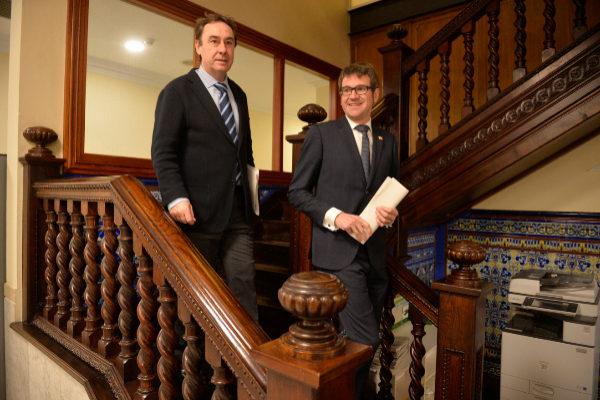 el viceconsejero Antonio Aiz en una imagen junto al alcalde de Vitoria.