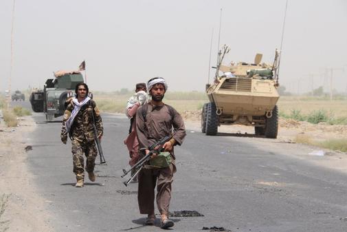 uncionarios de seguridad afganos y patrullas militares privadas en la carretera Lashkargah-Kandahar, también conocida como la carretera 601, después de los informes de que los talibanes han tomado el control de partes de la carretera, en Helmand, Afganistán.