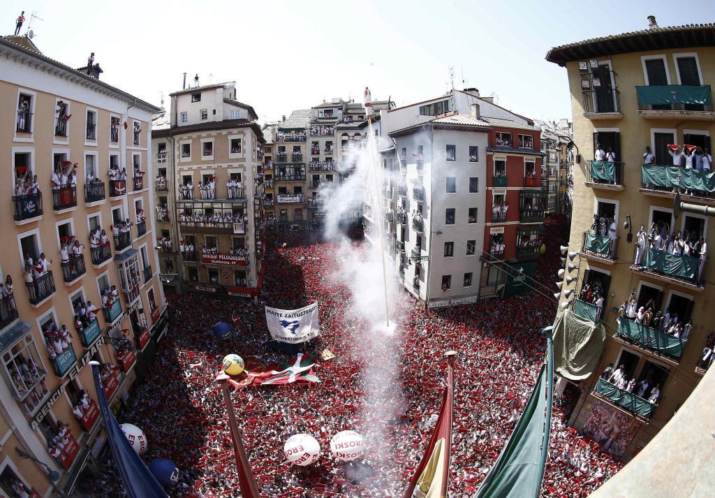 Miles de personas miran al cielo de Pamplona desde la Plaza del...