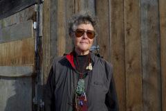 La autora maorí Keri Hulme, en una foto en su refugio en la costa oeste de Nueva Zelanda.