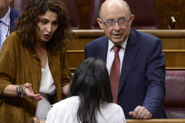 Los titulares de Hacienda María Jesús Montero (PSOE) y Cristóbal Montoro (PP).