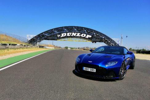 Al volante del Aston Martin DBS Superleggera Volante