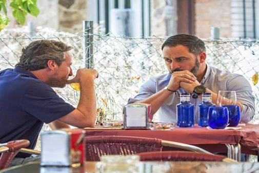 Santiago Abascal con su asesor Kiko Méndez Monasterio, en una terraza...
