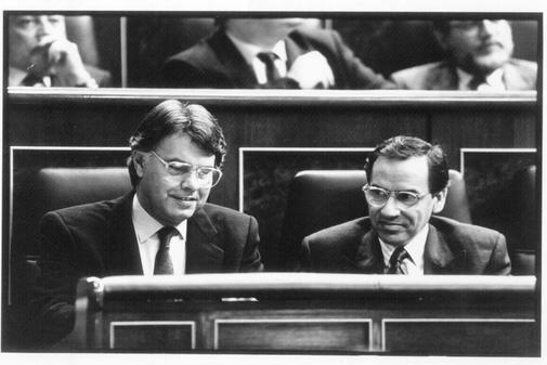 Felipe González (izq.) y Alfonso Guerra, en el Congreso.